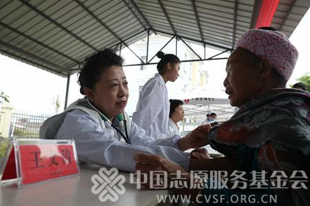 孩子们放心打拼,凌锋和中国志愿医生来了!